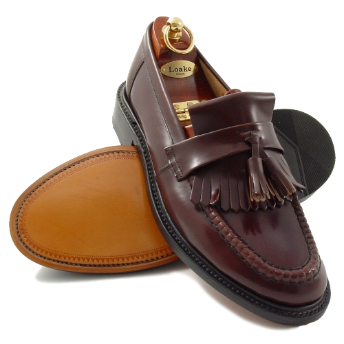 The Loafer: The classic slip-on. Men's loafers are the most popular slip-on shoe. This shoe is similar elegant to classic shoe styles but more casual chic. The penny loafer has a chic appearance due to their clean shape and flat heel, which is a big difference to the flat moccasins. If this shoe style has tassels on the upper leather, it is called the tassel loafer.
