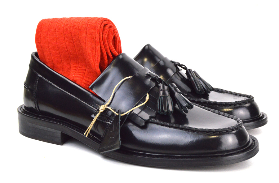 mod-shoes-black-tassel-loafers-with-red-socks