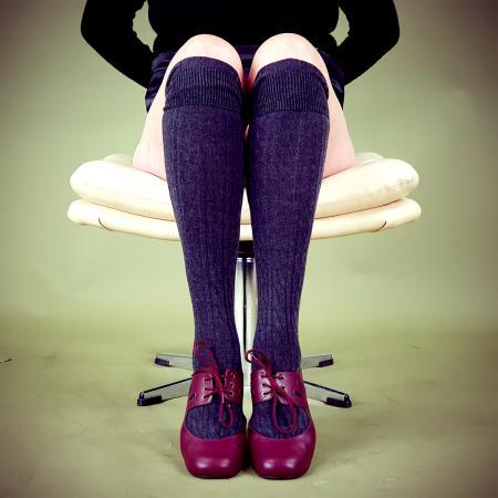 modshoes-ladies-vintage-retro-style-knee-high-socks-dark-grey-02